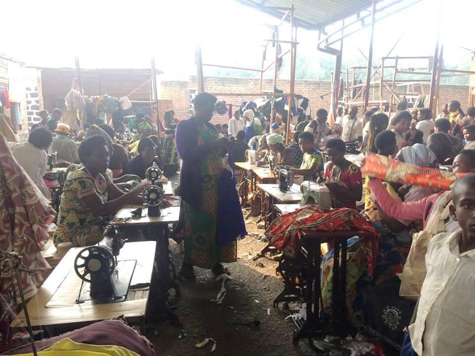 市場の一角には50人ほどのテーラーが集まり、顧客から洋服の注文を受ける(ルワンダ・フイエ)