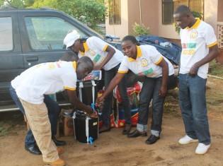 西アフリカで2014年に流行したエボラ出血熱で、除菌剤を貧困地区で配るリベリア人ら。リベリアの首都モンロビアに拠点を置くNGO「NACFCEO」の活動だ