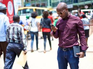 モバイルマネーは通常の銀行口座を開設する必要もなく、携帯電話のテキストメッセージひとつで送金できる(写真はエリクソンのウェブサイトから引用)