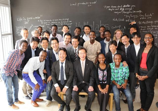 キガリのKラボを訪問した日本企業の担当者ら。中央が久元喜造・神戸市長