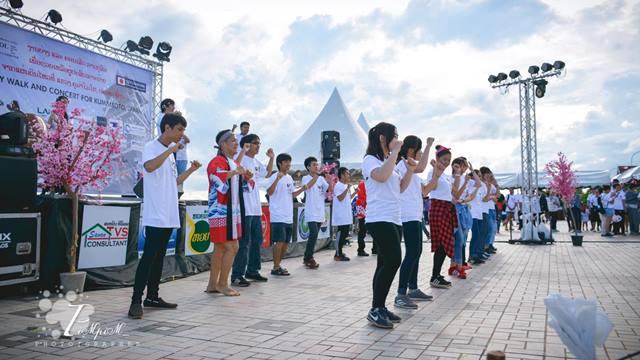 ビエンチャン市内で日本語を勉強する生徒たちが中心になって、日本の曲やダンスを披露。「恋するフォーチュンクッキー」「妖怪ウォツチ」の振り付けも完ぺき(Photo by Pim Siphanthong  )