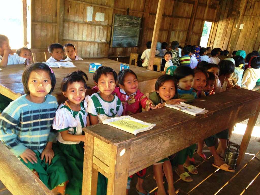 小学校3年生のクラス。校舎に仕切りがないため、学年ごとに隅に集まって授業をする。教師も児童も貧しいが、学ぶことには貪欲だ