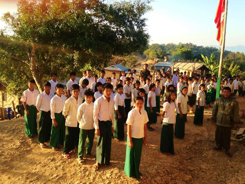 ミャンマー・ヤンゴンで暮らして感じるのは、庶民のリテラシー(読み書きの能力)の高さ。英語は話せない人が多いが、どんなに地方の少数民族の村に行っても、その民族の固有言語に加えて、「国語」とされるビルマ語を話すのはすごい