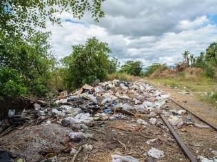 フィジー第2の都市であるラウトカの郊外にあるごみ溜め。細い道に約200メートルにわたってごみが捨てられている