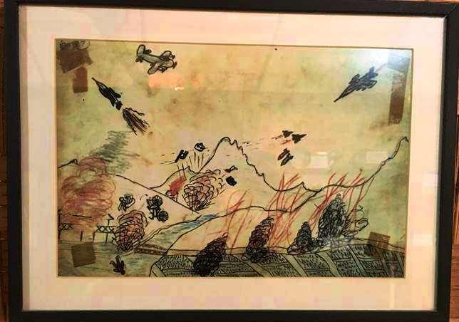 アメリカ軍によるラオスの爆撃の様子を描いた絵。ベトナム戦争中にシェンクワン県の小学生が残したものだという。首都ビエンチャンのコープ・ビジターセンターで