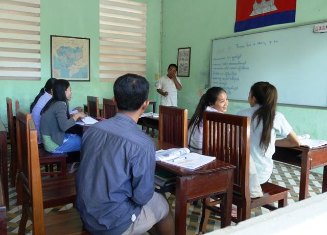 モリ・ミンさんが受ける英語の授業風景(カンボジア・シェムリアップ)