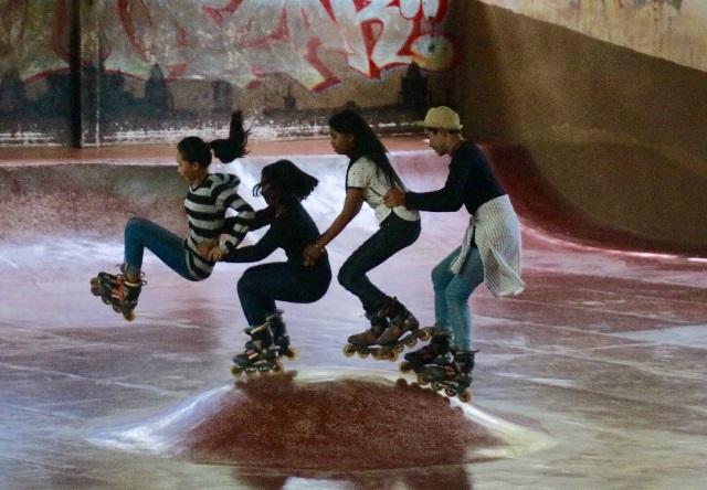 小学生から大学生まで、年齢を問わずコミュニケーションをとり、仲良く滑る。個人技だけでなく、団体技に挑戦する子どもたち(カンボジア・シェムリアップのローラースケート場で)