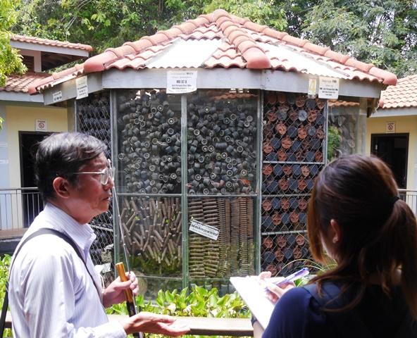 地雷博物館を建てるために、アキ・ラーさんは地雷を撤去しながら、さまざまなタイプの地雷を集めた。博物館の中央に展示される。写真左は、アキラ(アキ・ラー)地雷博物館でボランティアガイドを務める川広肇さん