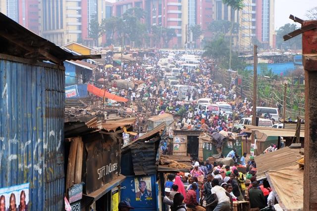 カンパラに広がるマーケット。密集した中で商売をする