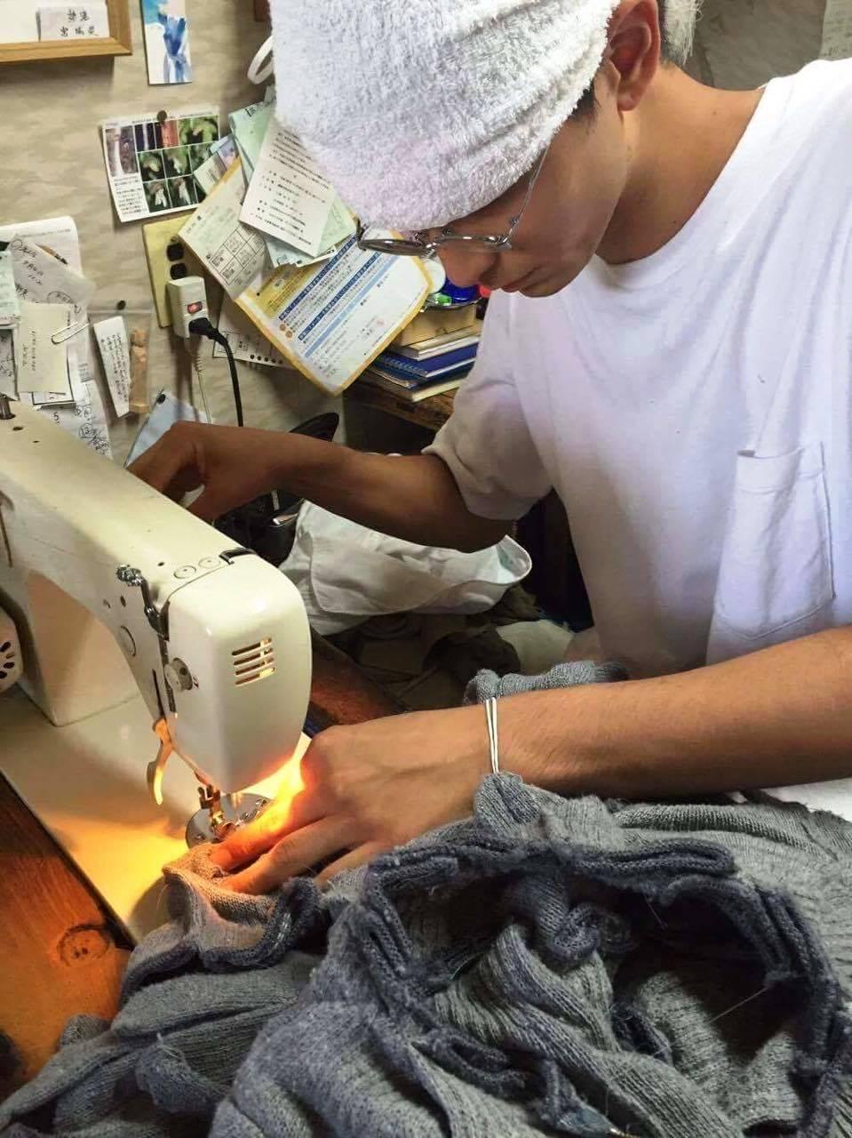 担当国のイメージに合わせた衣装を作るデザイナーの鷲見友佑さん