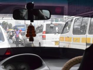 ナイロビを悩ませる交通渋滞。信号は機能せず、交通事故が多発する