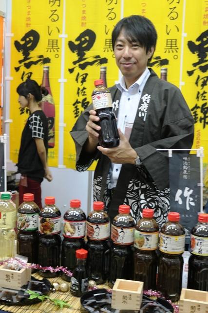 ミャンマー人にしょうゆやソース、料理酒を売り込むアサンの佐藤健太営業部長。「ミャンマー人にとって和風調味料を身近な存在にしたい」と意気込む