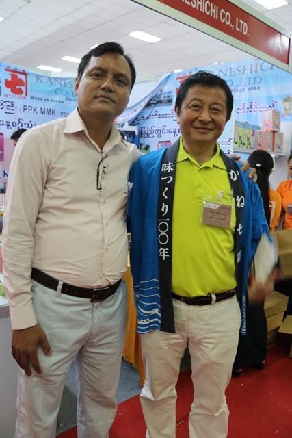 ミャンマーにかつおだしを売り込むミルハ・マネジメント・サービスのソウシュエ社長(写真左)とかね七の舟渡(ふなわたし)悟常務。「かつおだしはどんなミャンマー料理にも合うから、絶対売れる」と自信満々だ