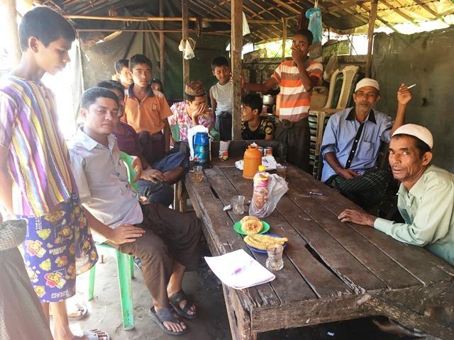 屋台のカフェに集まるロヒンギャの男性たち。お茶ではなく、チャイを飲む