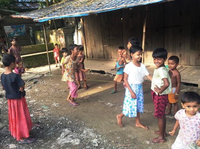 ゴム段をして遊ぶロヒンギャの女の子たち