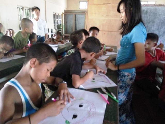 寺子屋での美術の授業中の様子