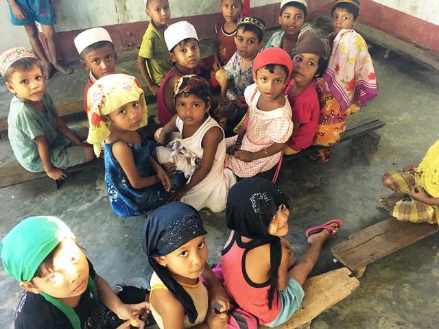 マドラサの子どもたち。ヒジャブが美しい