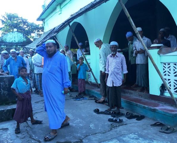 モスクで礼拝を終え、モスクから出てくるロヒンギャたち。青い服の男性がイマム