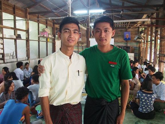 英語教室「リングア・ワークショップ」の元生徒チョーテッポーさん(左)。現在は船乗りを斡旋する会社に勤める