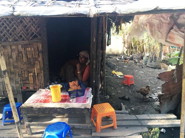 家の軒先で麺を売る女性