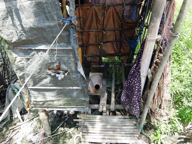 チョーさんの隣家のトイレ。くみ取り式便所だ