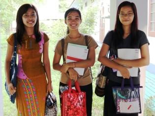 東京外大の日本語講座を受講するヤンゴン大学文学部のスーウィンモンさんたち。日常でも日本語を使って、日本人留学生と会話するという(ヤンゴン大学で)