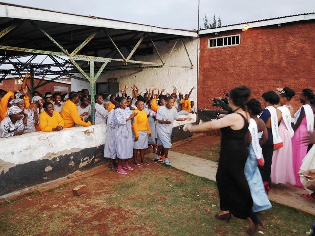 ミスコンにエントリーできなかった囚人に、晴れ姿をお披露目する。ランガタ刑務所内で(ケニア・ナイロビ)