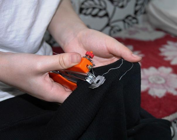 ホッチキス型ミシン。ホッチキスのようにパンチンパチンしていくと、簡単に縫える優れものだ。中国製