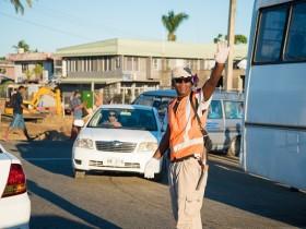 ナンディで交通整備会社に勤めるルーシーさん。交通渋滞緩和のために工事が進められている