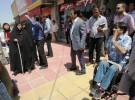 0927木村さん、【写真②ミントの会】全盲の人(写真左の白い杖の女性)と一緒に街を検証する 写真右はパシャイさん(ミントの会提供)