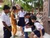 カンボジア・シェムリアップの小学校でアンケート調査をする参加者