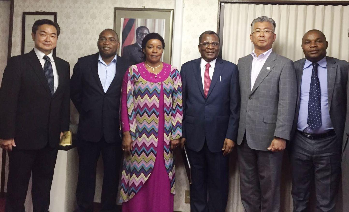 ビジネスパートナー提携合意書は9月半ば、在日ジンバブエ大使館で締結された。左から栗山自動車の中嶋謙次係長、タオナ・ハバデ参事官、タブカのデュベCEO、ロイド・シトーレ参事官、栗山自動車の栗山義広社長、マシャヤモンベ議員