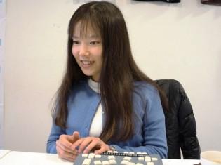インタビューで熱い思いを語るフリー・ザ・チルドレンの石田由香理さん。2012年にはマニラに留学した経験をもつ
