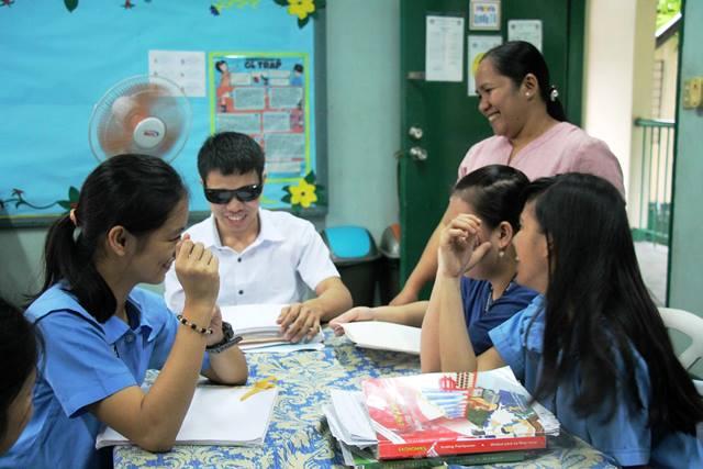 楽しそうに授業を受ける、マニラの国立盲学校の生徒たち。だがフィリピンの視覚障がい者の95%は通学したことすらない