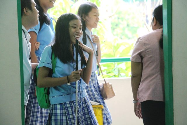 マニラの国立盲学校に通学してきた生徒たち