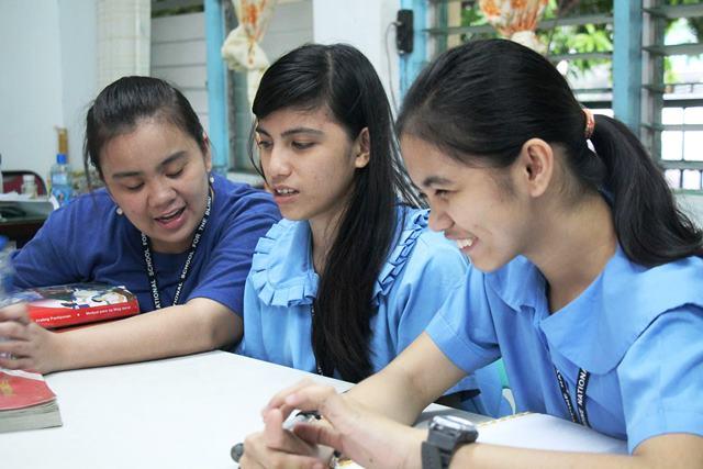 授業を受ける生徒たち(マニラの国立盲学校)