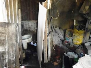 フィリピン・セブ都市圏のスラムの中にあるトイレ