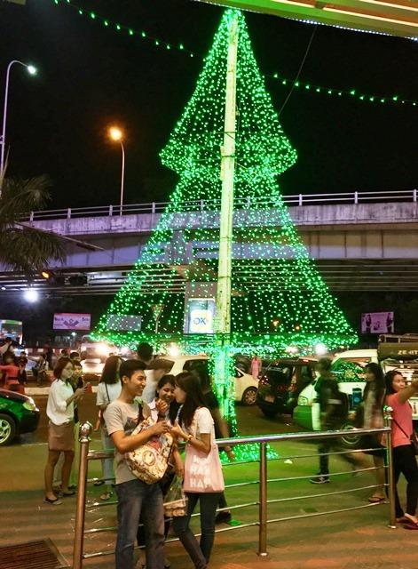 「ミャンマーの原宿」の別名を持つレーダン地区(ヤンゴン市内)でトリプルデートをするミャンマー人の若者たち。周辺にはショッピングモールや洋服・雑貨店が所狭しと立ち並ぶ
