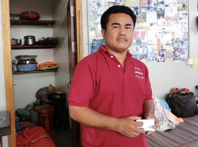 シェムリアップ在住の地雷除去活動家で、元ポル・ポト兵のアキ・ラー氏。インタビューに応じた場所は、彼が活動と生活の拠点とする自宅のキッチンだった