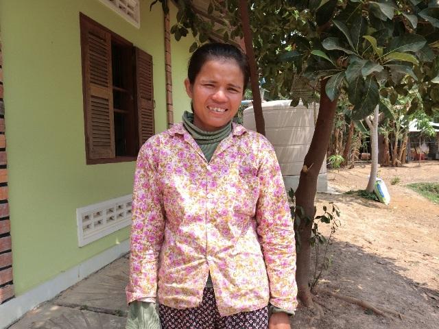 シェムリアップ郊外にある養鶏場「プノンデイ・K.J・ライブストックトレーニングセンター」(NGOダナアジアが運営)で働くイーロン・サラさん。苦しい過去を外国人に明かすことはまれだ