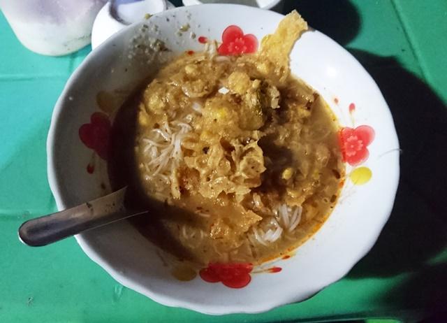 ヤンゴンのナイトマーケットで出されたモヒンガー。値段は500チャット(約50円)。朝食に食べるのがミャンマー流だ