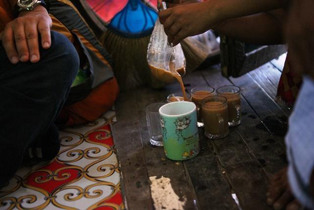 アウンモーウィンさんが自宅で振る舞ってくれた甘い紅茶。インドのチャイのような味。ミャンマーではよく飲まれる(ヤンゴン・ダラ地区)