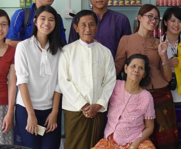 メガパワーのドクターである父サヤ・チョーさん(82)(写真中央)、6人娘の末っ子キン・キンヤダナ・シュウイ・シンさん(23)(写真右から2番目) 現在、ドクターの6人娘のうち4人が海外で暮らしている。次女は米国で寿司屋を経営しているそうだ。