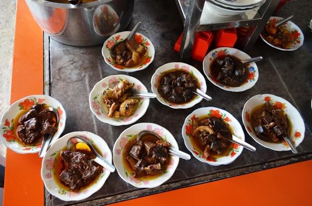 ヒン(写真左下)に代表されるミャンマー料理。油がたっぷり