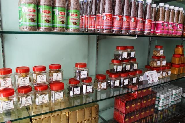メガパワーの直営店の棚に並ぶ伝統医薬品。左端の薬はにおいを嗅ぐだけで頭痛を治すことができる。マッサージにも使用可能