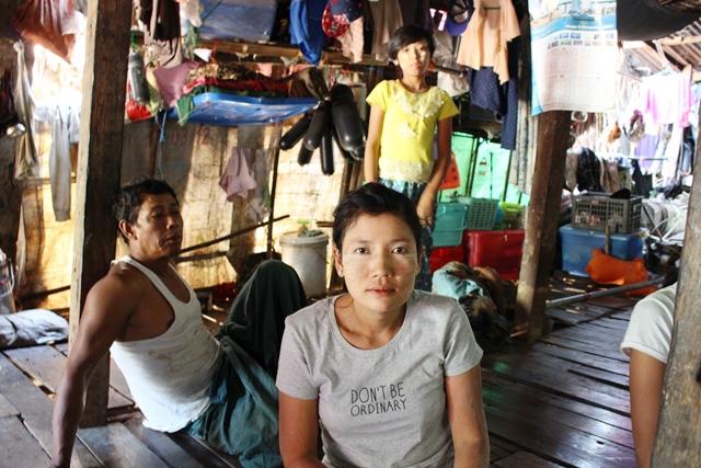 2児の母タッタッさん。2人の子どもを亡くしている。漁業シーズンでないときは網を作ったり、果物を切ったりする仕事をする(ヤンゴン・ダラ地区)
