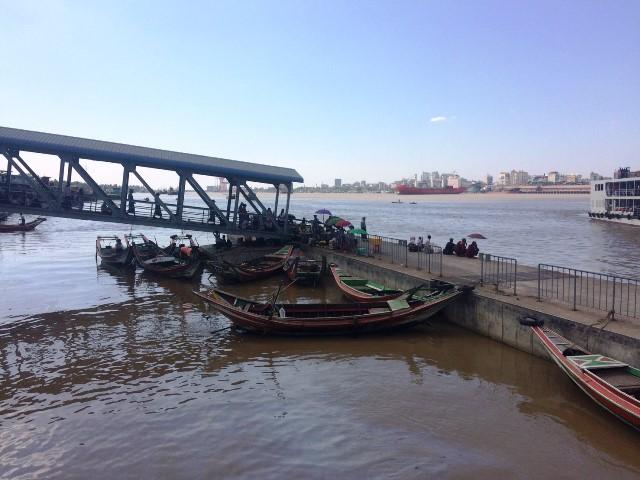 ダラ地区とヤンゴン中心部の間に流れるヤンゴン川。国際協力機構(JICA)が援助した船が行き来する。日本人は無料で乗れる