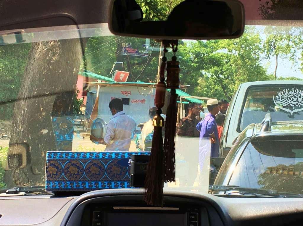 バングラデシュ国軍(国境警備隊)によるチェックポイント。難民キャンプの先にある有名なビーチへ観光にいくと伝えたが、車から出るよう言われ、パスポートの写しを取られた。国境周辺ではあちこちにこうした検問所がある(バングラデシュ・チッタゴン管区コックスバザール県)