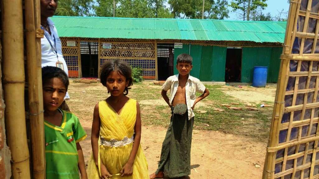 非公認のレダ難民キャンプの入口から調理場の様子がみえる。近づくとロヒンギャの子どもが出てきた(バングラデシュ・チッタゴン管区コックスバザール県)