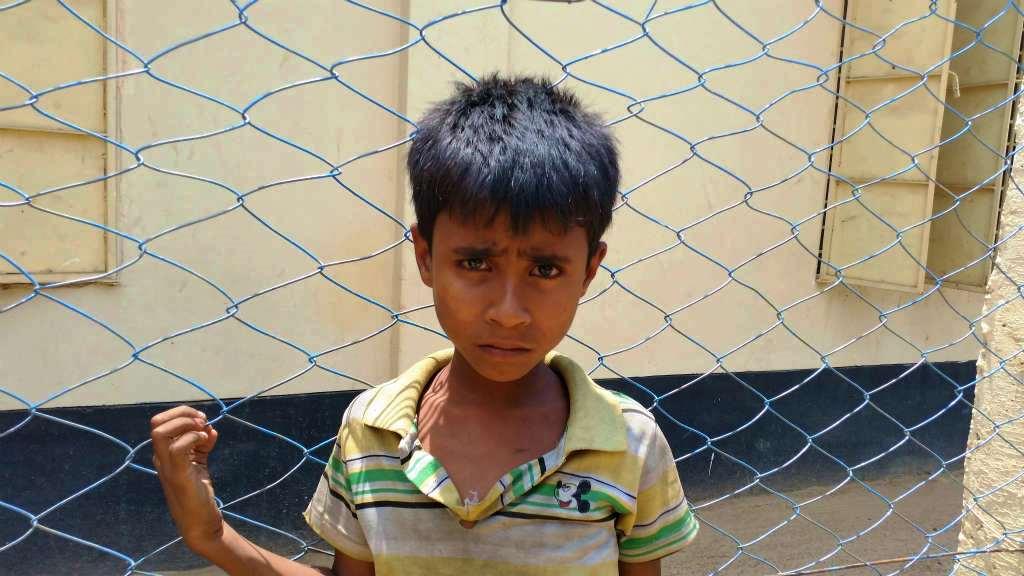 ロヒンギャの男の子。ミャンマーの多数派ビルマ族に比べ、目鼻立ちがくっきりしているのが特徴。カメラを向けると怯えたような顔つきになった(レダ難民キャンプ)